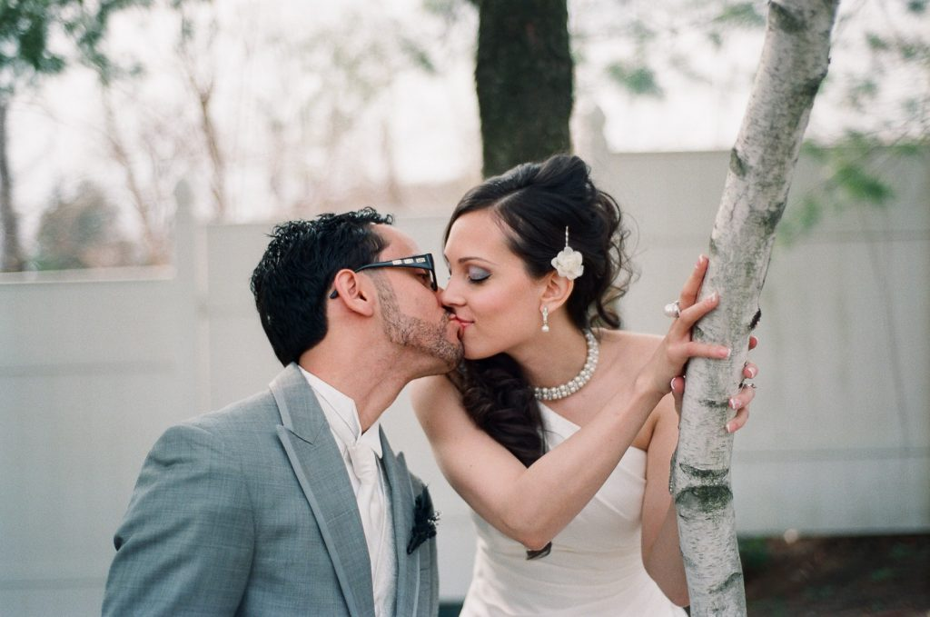 westchester ny wedding photo of couple kissing by wendy g photography