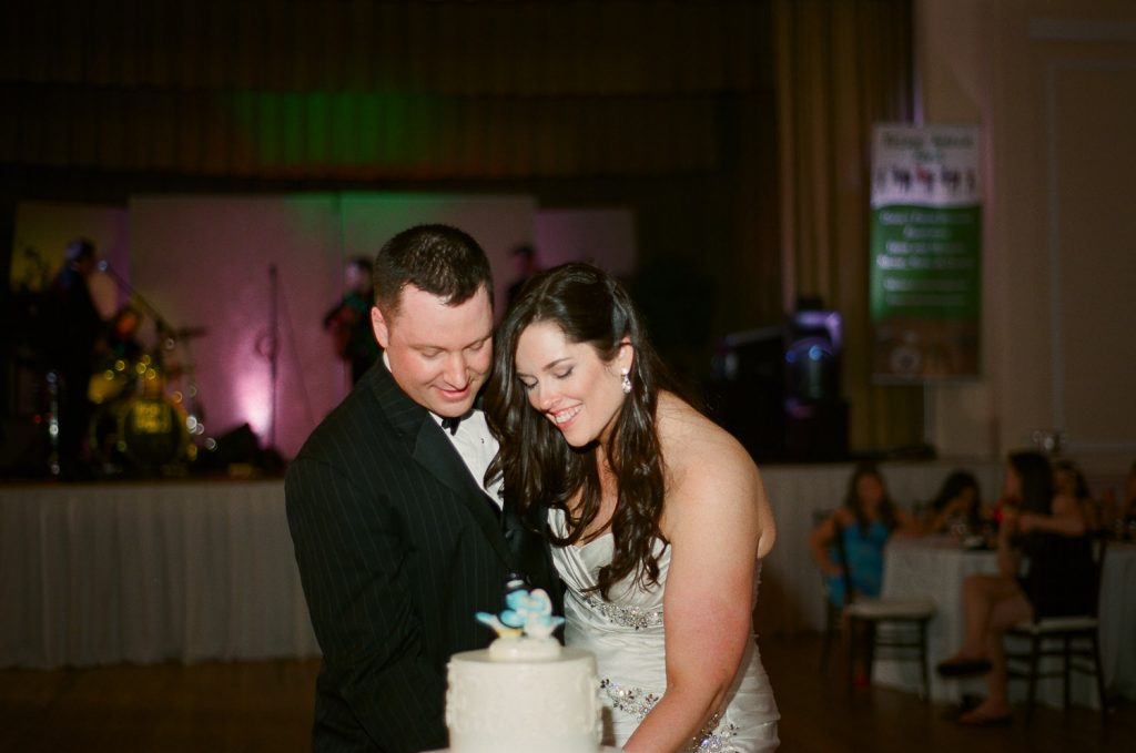 westchester wedding cutting cake photos by wendy g photography